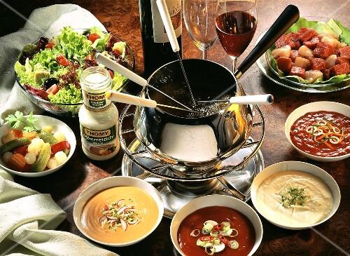 Fondue mit siedendem Öl;Fleischwürfel; Saucen; Mixed Pickles