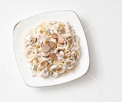 Spaghetti cacio e pepe al tartufo nero (Nudeln mit Käse, Pfeffer und Trüffelpilzen, Italien)