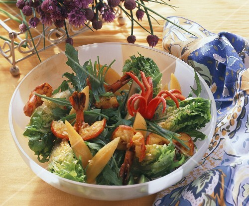 Green salad with mango, shrimps, chilis & curry