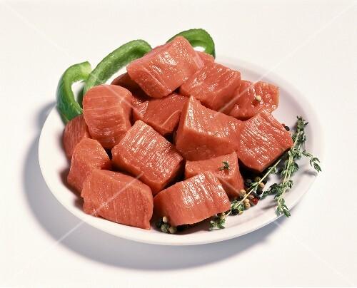 Rindfleisch in Würfeln (für Gulasch) auf weißem Teller