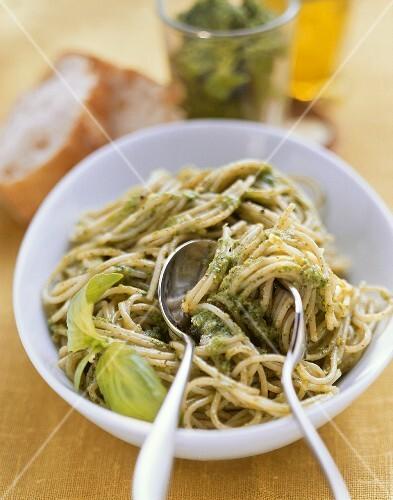 Spaghetti con pesto alla genovese (pasta with pesto, Italy)