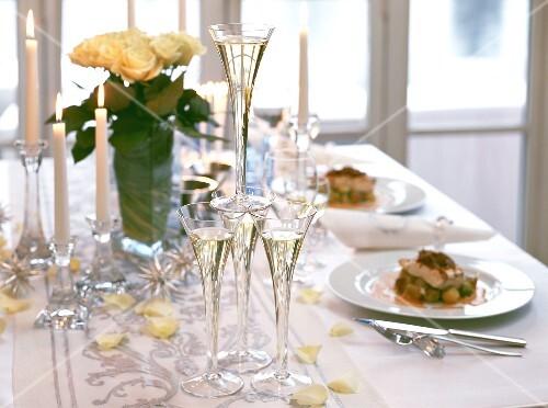 festlich gedeckter tisch mit sekt gerichten rosen etc bild kaufen 177574 stockfood. Black Bedroom Furniture Sets. Home Design Ideas