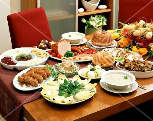 gedeckter tisch mit speisen zu ostern polen bild kaufen 178940 stockfood. Black Bedroom Furniture Sets. Home Design Ideas