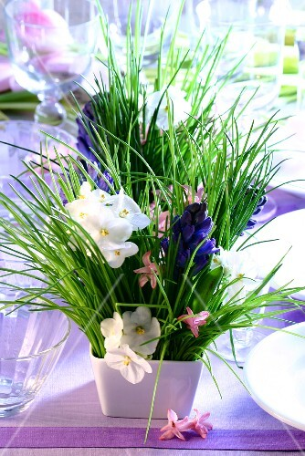Table flower arrangements with chives, violets and hyacinths