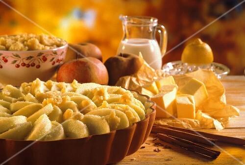 Ungebackenes Apfelgratin in Auflaufform & einige Zutaten