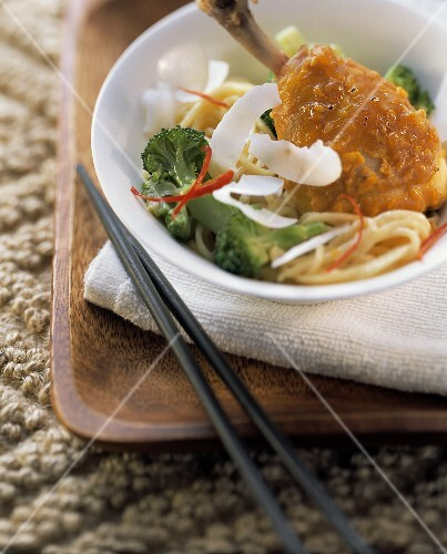 Exotic chicken thighs with noodles, broccoli & coconut