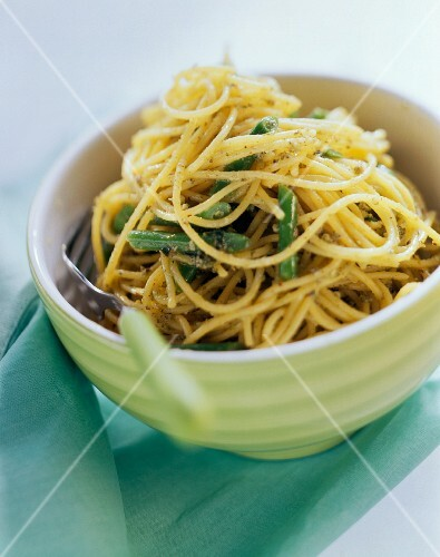 Pasta del contadino (Pasta with rocket pesto and green beans)