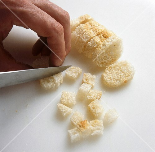 Brotwürfel für Croutons schneiden