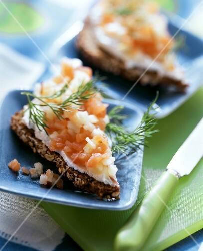 Wholemeal bread with salmon and apple tartar and fresh dill