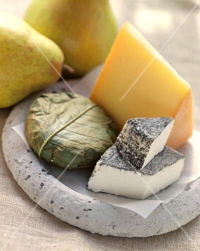 Various types of cheese (raclette, goat's, Banon) with pears