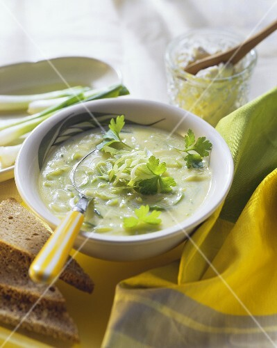 Leek soup with cream cheese and parsley; wholemeal bread