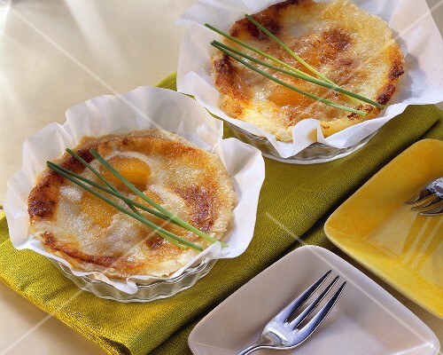 Apricot and gorgonzola tarts in the baking cases