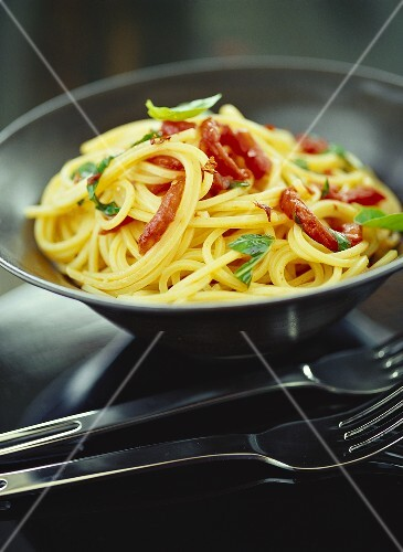 Spaghetti aglio e olio mit Tomaten und Basilikum