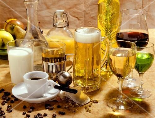 Verschiedene kalte und warme Getränke, Wein und Bier – Bild kaufen ...