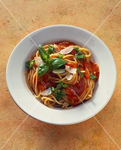 Spaghetti with tomato sauce, Parmesan shavings and basil
