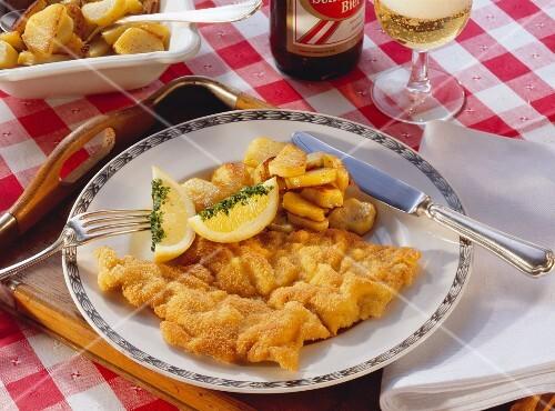 Wiener Schnitzel mit Zitronenschnitz und Bratkartoffeln
