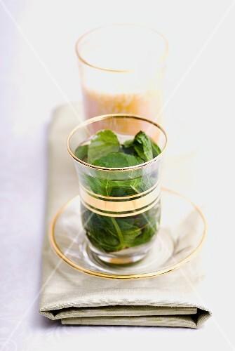 Pfefferminztee und Sahlab (Wintergetränk aus Ägypten)