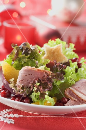 Salad leaves with smoked duck breast (Christmas)