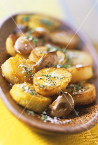 Fried potatoes with garlic, salt and mint