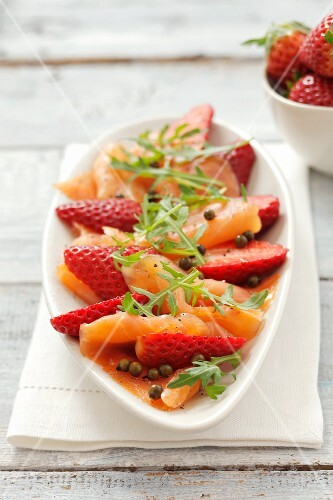 Smoked salmon with strawberries, rocket and green peppercorns