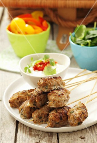 Mince skewers with yoghurt dip for a picnic