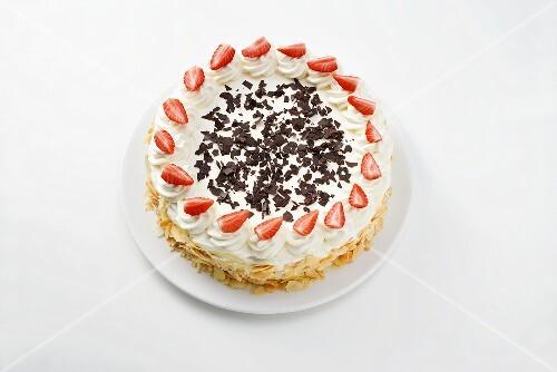 Sponge cake with cream, strawberries and grated chocolate