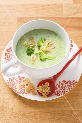 Broccoli soup with flaked almonds