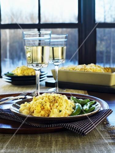 Macaroni and Cheese mit Zuckerschoten, Weissweingläser