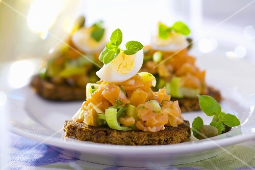 Salmon tartare and egg on pumpernickel rounds