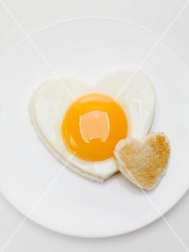 Herzförmiges Spiegelei und Toastherz