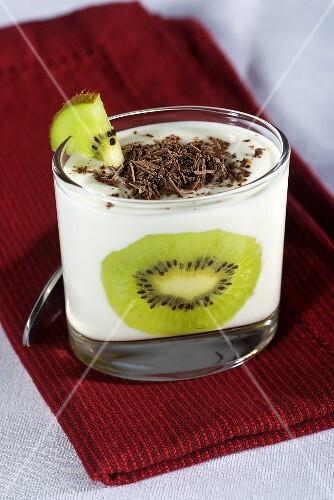 Yogurt with kiwis and grated chocolate
