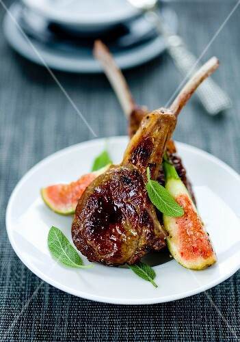 Grilled lamb chops with fresh figs