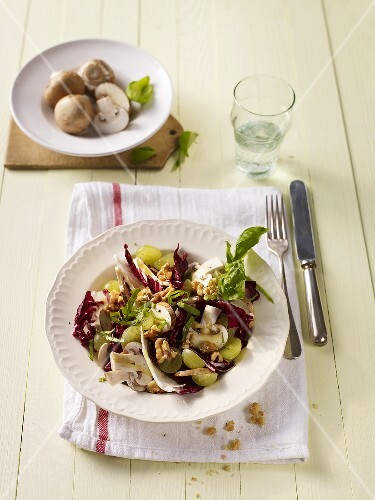Radicchio salad with grapes and mushrooms