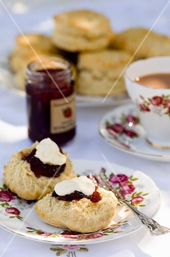 Cornish Cream Tea (Scones mit Marmelade, Clotted Cream, Tee)