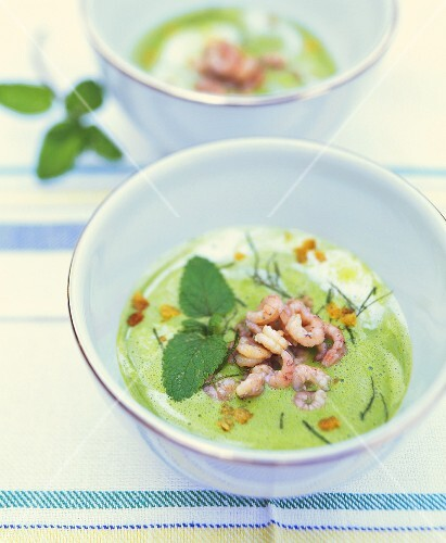 Pea soup with shrimps and mint