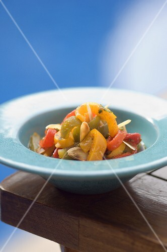 Pepper salad with almonds