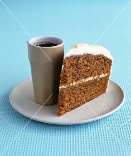ein st ck karottenkuchen mit frischk se zum kaffee bild kaufen 330622 stockfood. Black Bedroom Furniture Sets. Home Design Ideas