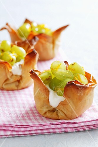 Puff pastry dishes filled with grapes and cream