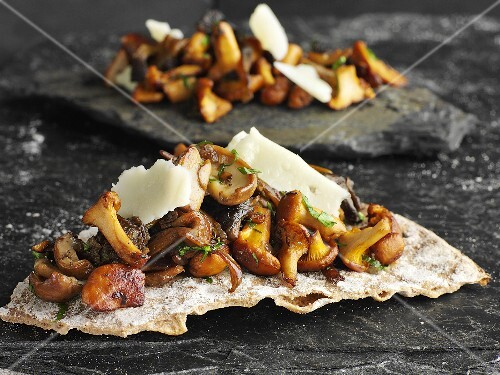Crispbread with fried mushrooms and Parmesan