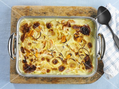 Potatoes au gratin with carrots in a baking dish