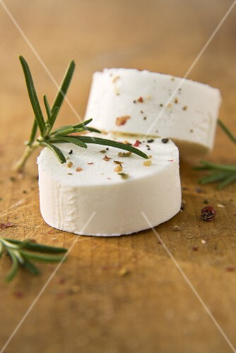 Goat's cheese with rosemary and pink pepper