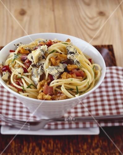 Spaghetti with Gorgonzola, bacon and walnuts