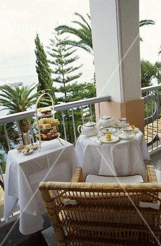 Terrasse mit gedecktem Tisch zur Tea time in Madeira