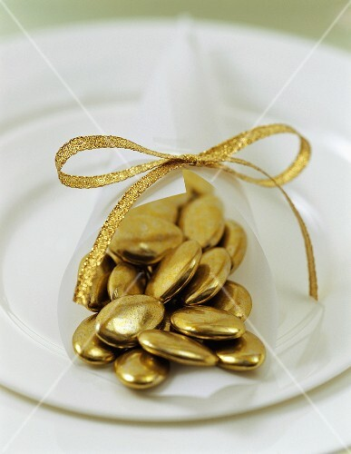Gold chocolate dragées (Christmas table decoration)