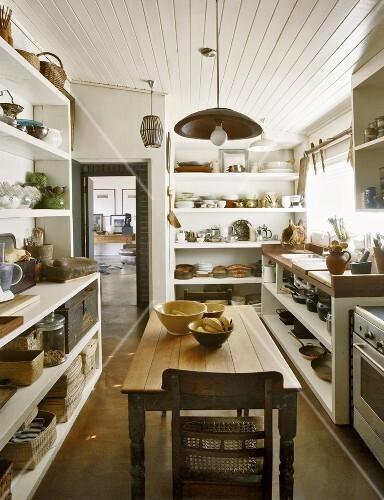 Ei Antiker Holztisch In Einer Kuche Mit License Images