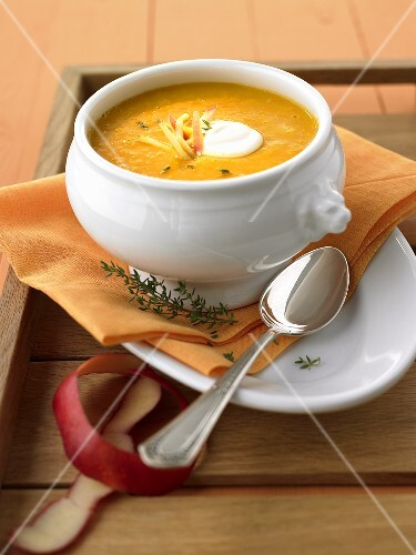 Apple and curry soup with thyme