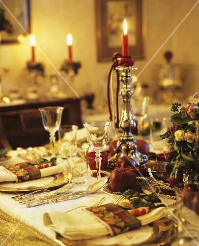 festlich gedeckter tisch zu weihnachten bild kaufen 354114 stockfood. Black Bedroom Furniture Sets. Home Design Ideas