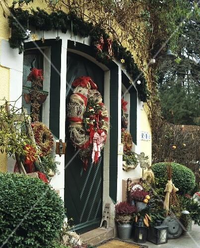Weihnachtlich Dekorierte Haustur Mit Bilder Kaufen 354116