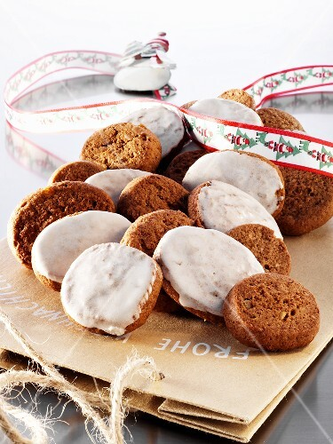 Silesian 'pepper nut' biscuits with and without icing sugar