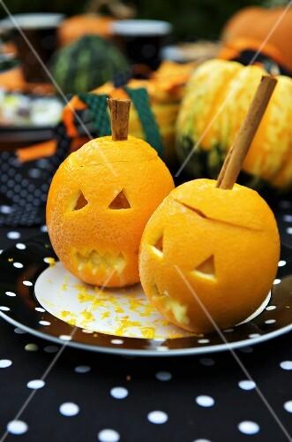 Orangensorbet in geschnitzten Orangen zu Halloween
